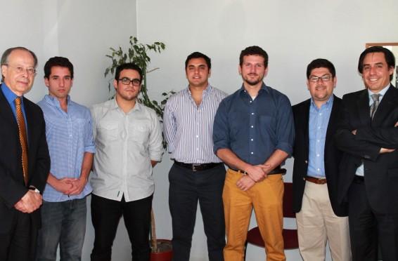 El Presidente y el Director Académico de CREM, Guillermo Larraín y Arturo Cifuentes, junto a los tesistas ganadores
